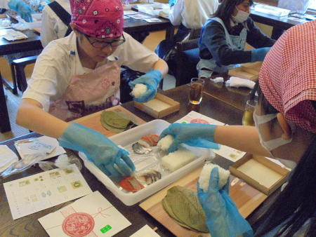 柿の葉寿司づくりを体験しました
