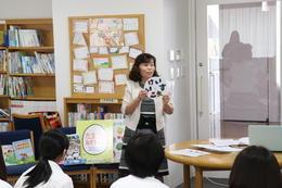 佐保短期大学の増井啓子先生による絵本読み聞かせの特別授業を実施しました。