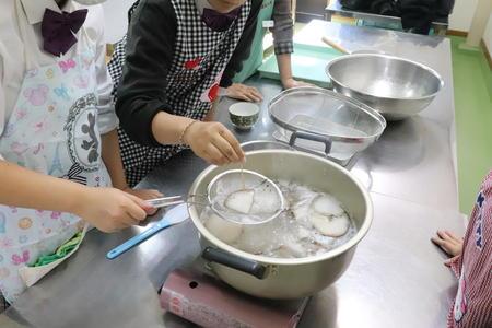 2年食文化コースの生徒が蒟蒻作りに挑戦しました