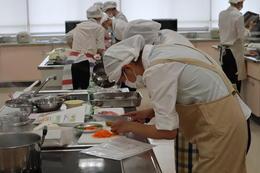 衛生看護専攻科 治療食の調理実習を行いました